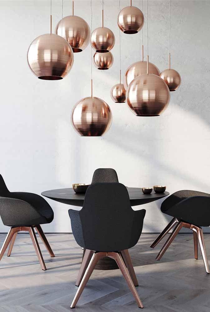 Pés das cadeiras e luminárias no mesmo tom, Rose Gold, entre eles o preto para trazer luxuosidade ao ambiente.