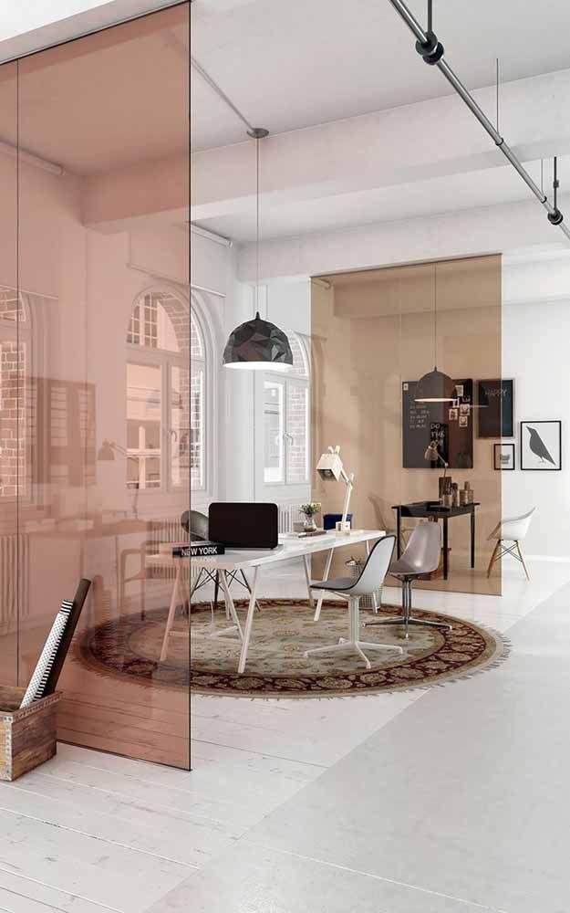 Aqui, os ambientes brancos são divididos pela porta de vidro no tom Rose Gold