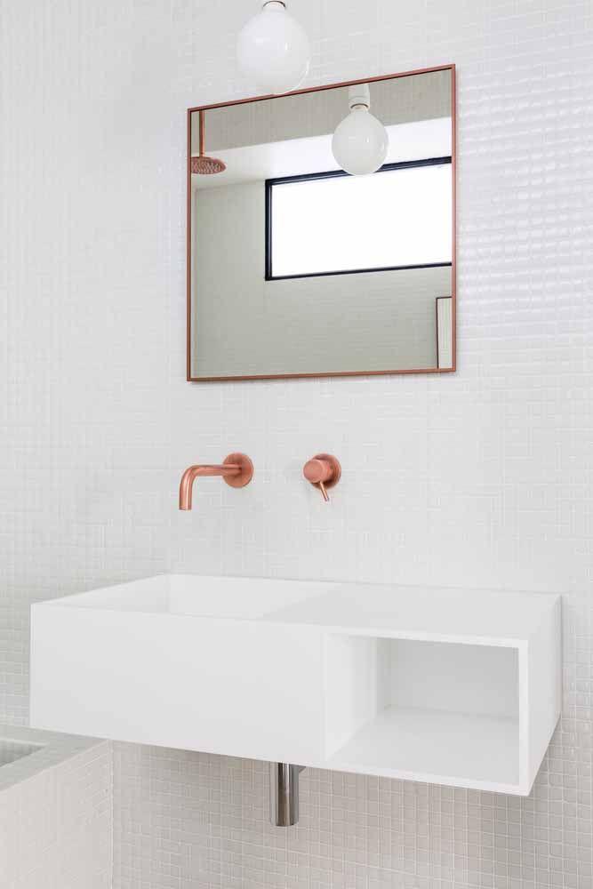 Espelho e metais Rose Gold: pode parecer uma intervenção simples, mas veja como o tom levanta o astral do banheiro.