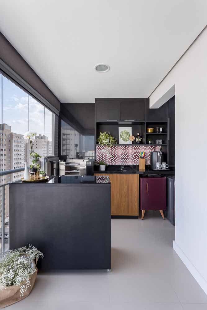 Pequenina, mas charmosa: essa mini geladeira com detalhes em Rose Gold dá uma enorme contribuição a decor da varanda gourmet.