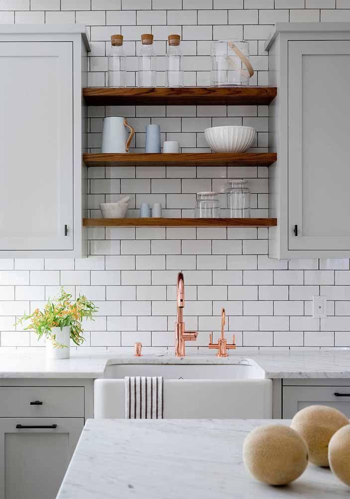 Nessa cozinha cinza, o Rose Gold conversa com o tom mais próximo, o da madeira.