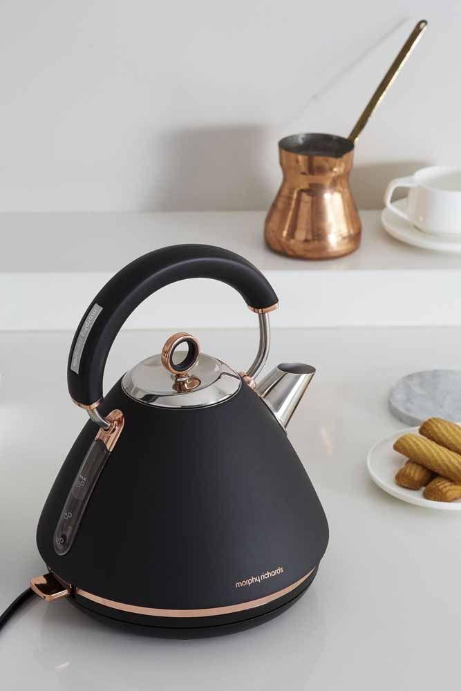 E o que acha de completar a decor da sua cozinha com uma chaleira igual a essa? Um luxo!