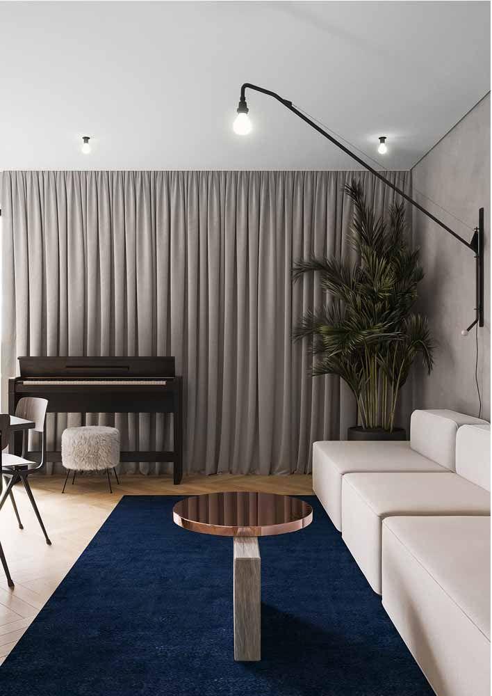 Um detalhe para fazer toda a diferença: nessa sala, os tons modernos ganham a companhia do Rose Gold.