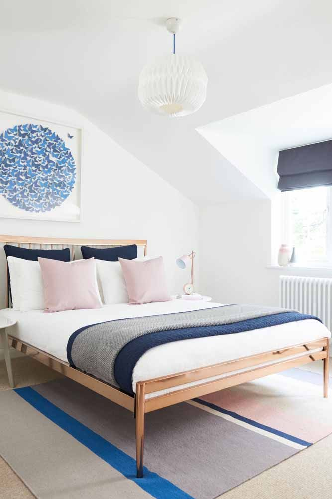 Para quem deseja um algo a mais pode optar por uma cama Rose Gold, como essa da imagem; aqui, ela foi combinada aos tons de branco e azul.