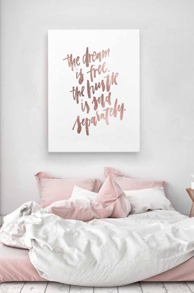Um quadro com letras Rose Gold; repare que o tom se harmoniza muito bem com outras tonalidades de rosa, especialmente os mais claros e fechados.
