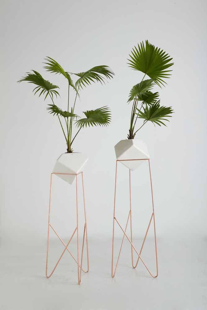 Chame ainda mais atenção para os seus vasos de planta com um suporte Rose Gold.