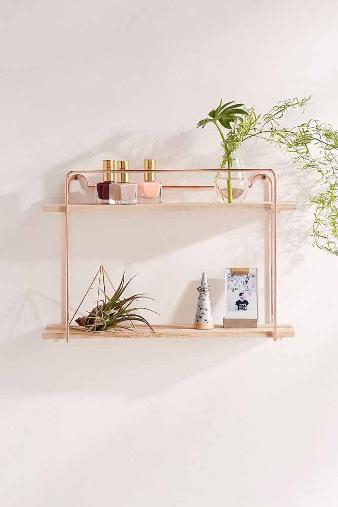 A prateleira simples de madeira pode ganhar um ar mais elegante com os frisos em Rose Gold.