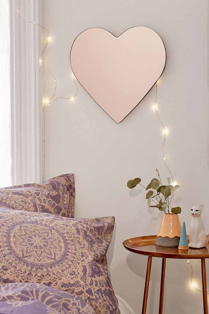 Para deixar o ambiente mais charmoso, uma mesinha lateral Rose Gold.