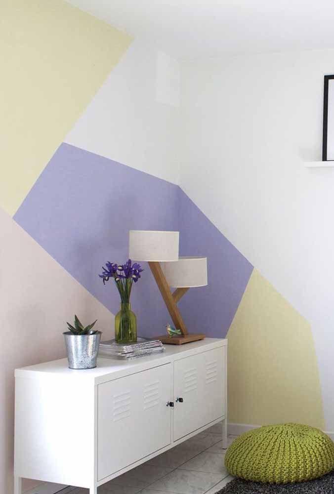 Combinação de cores para parede: nesta aqui, o amarelo e o roxo em suas versões mais claras chamam a atenção