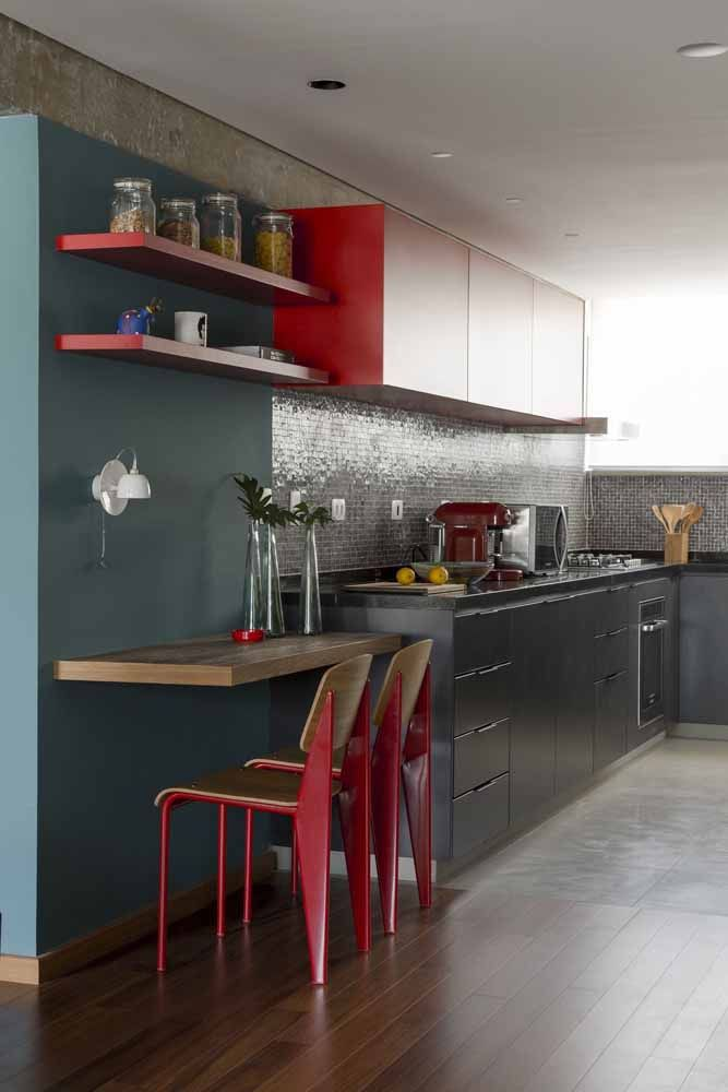 Vermelho vivo e quente em contraste com o cinza frio nesta cozinha moderna