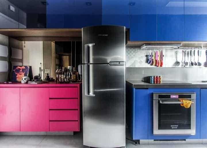 A posição clássica entre rosa e azul nesta cozinha cheia de cores