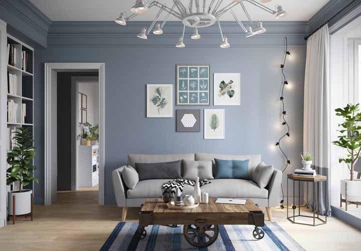 O azul claro desta sala traz mais tranquilidade ao ambiente, um ótimo local para relaxar depois de um dia estressante ou ler um livro