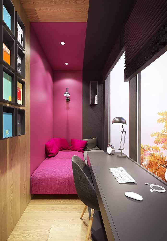 O rosa pink ganha destaque neste quarto em preto e marrom