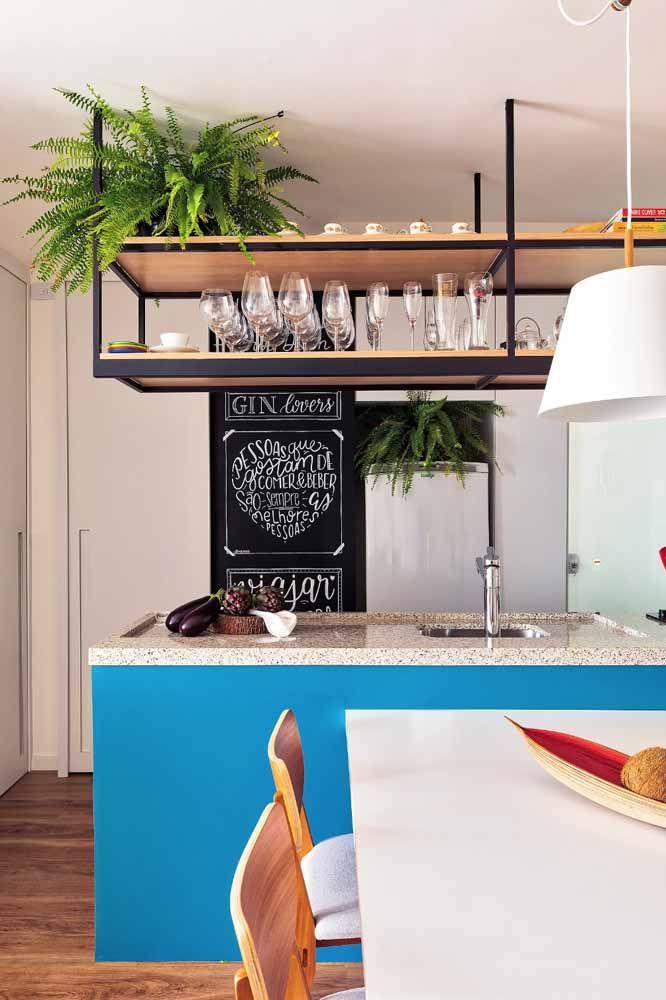 Um tom de azul anil para trazer mais potência para a decoração da cozinha