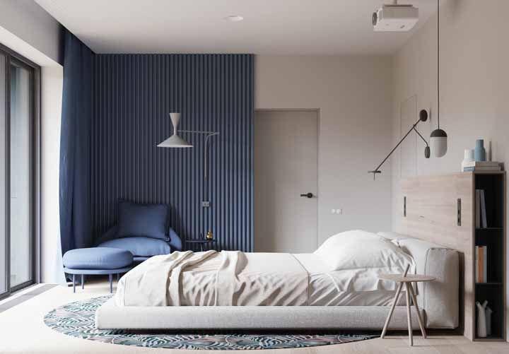 Um cantinho azul para relaxar no quarto claro