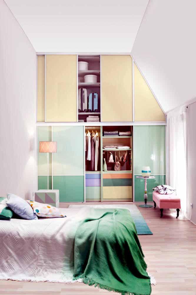 Os tons mais claros ajudam a trazer um ar mais tranquilo para o ambiente do quarto