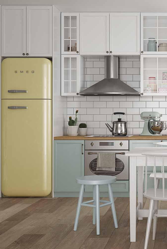 Na cozinha, as candy colors dão um tom mais fofo e retrô para o ambiente