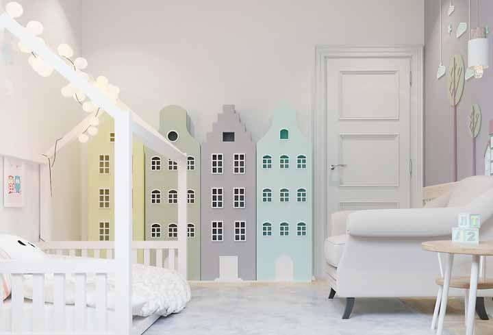 Nesse quarto infantil no estilo Montessori, as candy colors também funcionam para chamar as crianças para explorar