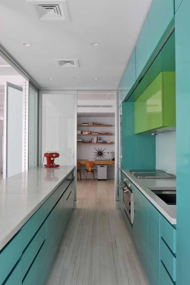 Combine também os tons de cores que não são puras, como o azul turquesa e o verde limão deste armário