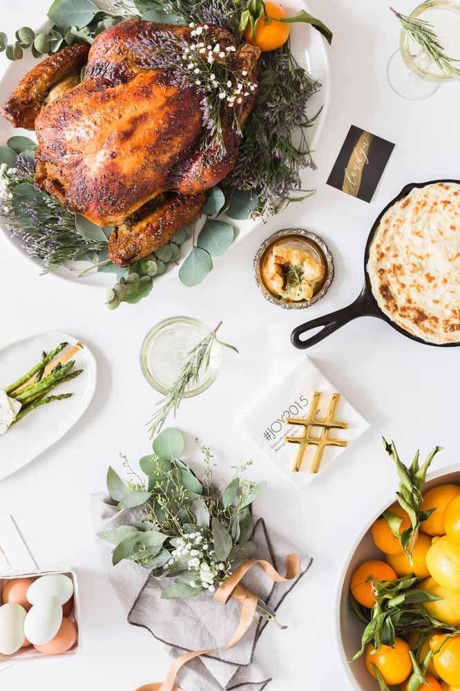 Outra ideia de mesa de Natal simples, com destaque para ervas e frutas frescas no cardápio e decoração