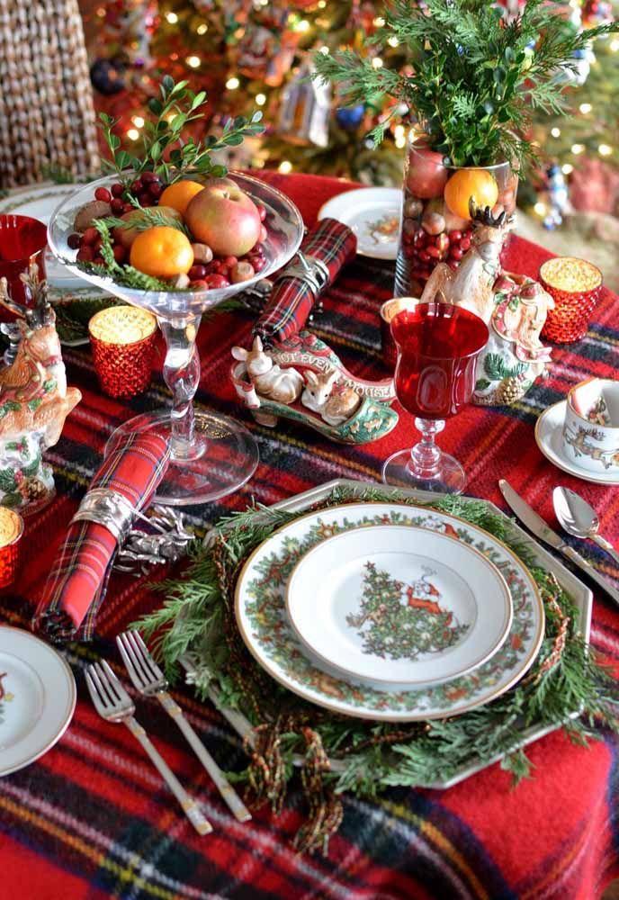 Ceia de Natal tradicional com toalha de mesa e guardanapos em um padrão xadrez em vermelho