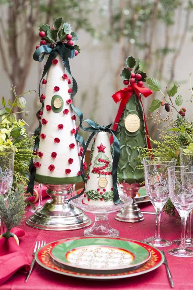 Um bosque encantado cheio de arvorezinhas natalinas no centro desta mesa