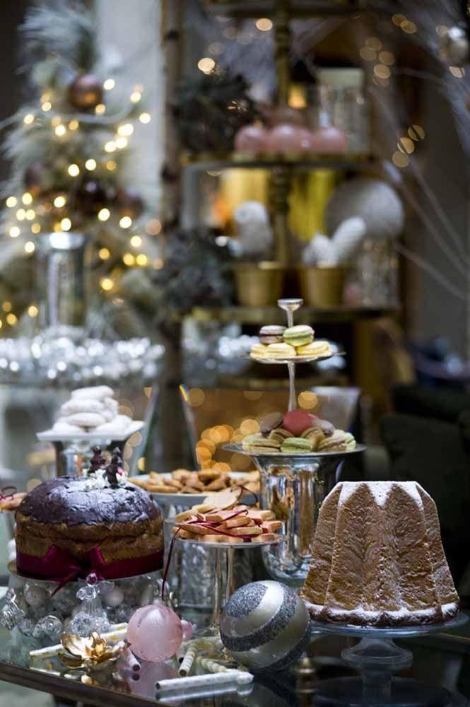 O prateado como principal nesta decoração de mesa de natal cheio de gostosuras e decorações brilhantes