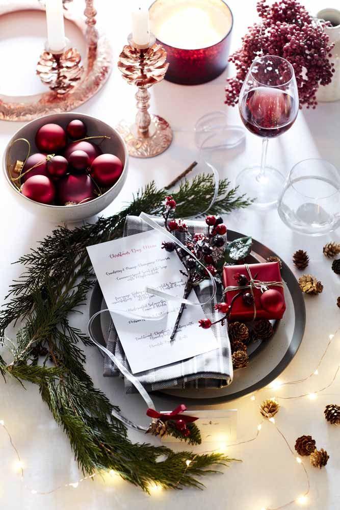 Bolinhas e luzinhas de Natal também integram essa decoração de mesa em branco, verde e vermelho