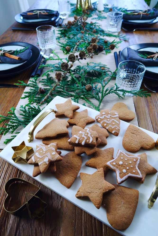 Os biscoitinhos de gengibre confeitados em formatos de estrelas e árvores criam uma decoração linda e deliciosas!