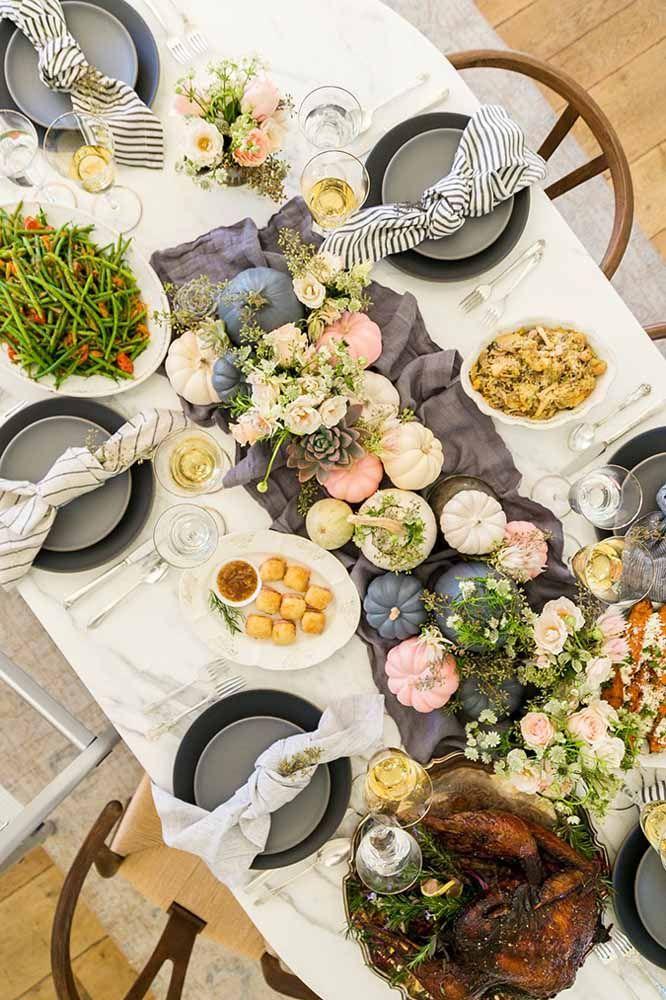 Decoração de mesa de Natal só com elementos naturais: vegetais e flores fazem um arranjo lindo
