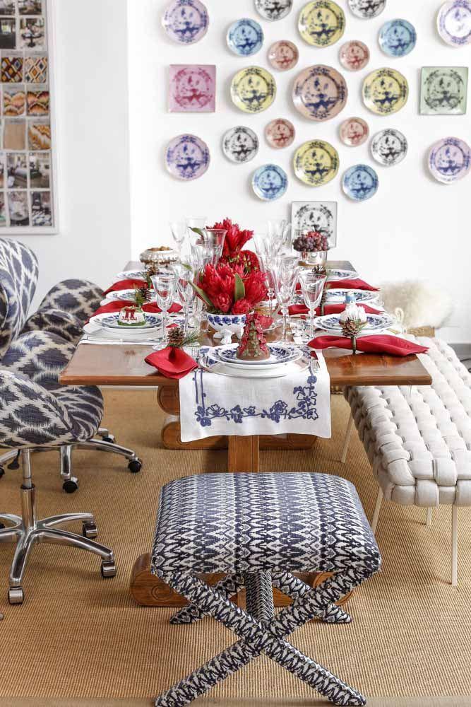 O vermelho em destaque nesta mesa de Natal, das flores do arranjo ao guardanapo de tecido