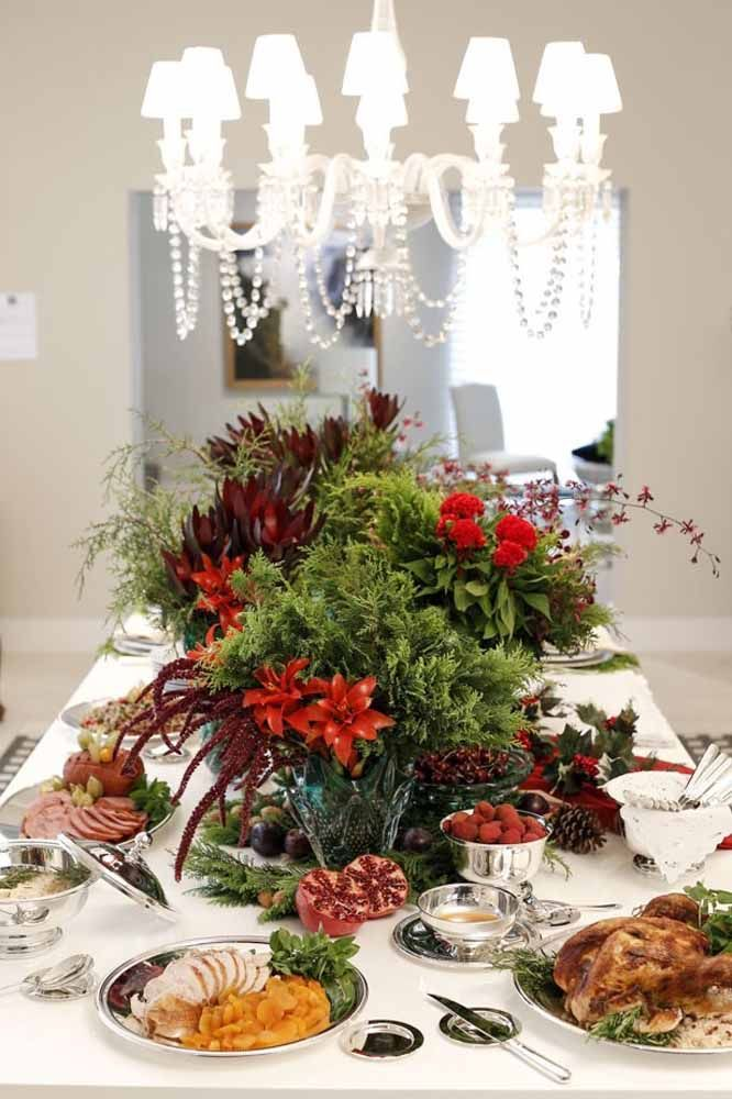 Uma floresta tropical como centro na decoração da mesa de Natal
