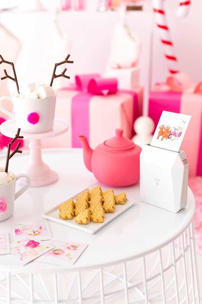 Para sair do tradicional: decoração de mesa de natal em rosa e branco