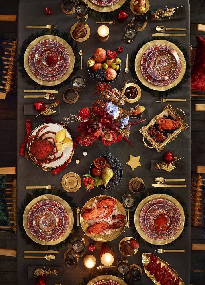 Decoração de mesa de Natal em tons escuros: o dourado e o vermelho ganham ainda mais destaque no fundo cinza da toalha de mesa