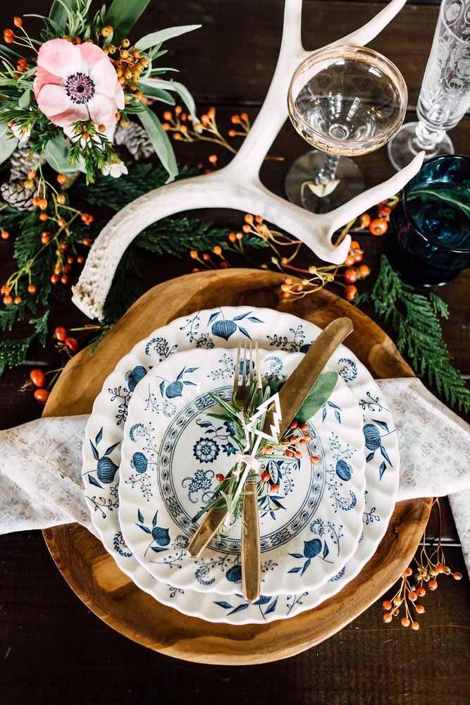 Folhas e frutinhas silvestres usadas especialmente na decoração da mesa ao redor dos pratos