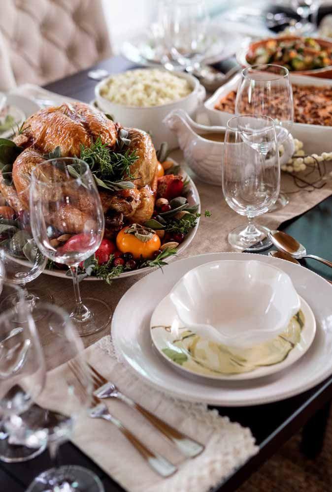 A apresentação dos pratos, como o peru e as tortas de Natal, fazem toda a diferença na decoração da mesa