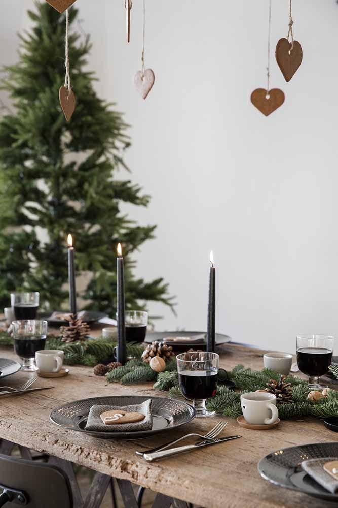 Mimos comestíveis espalhados pela decoração desta mesa de Natal que vão deixar seus convidados ainda mais encantados