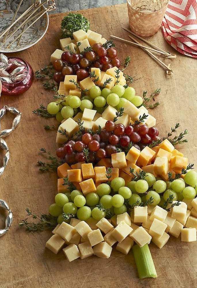 Os petiscos de frutas e frios também se transformam em uma árvore de Natal linda organizados nesta tábua