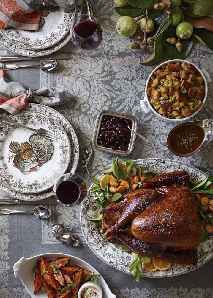 Cinza e prateado são outras opções de combinações de cores que ficam muito elegantes na mesa de Natal