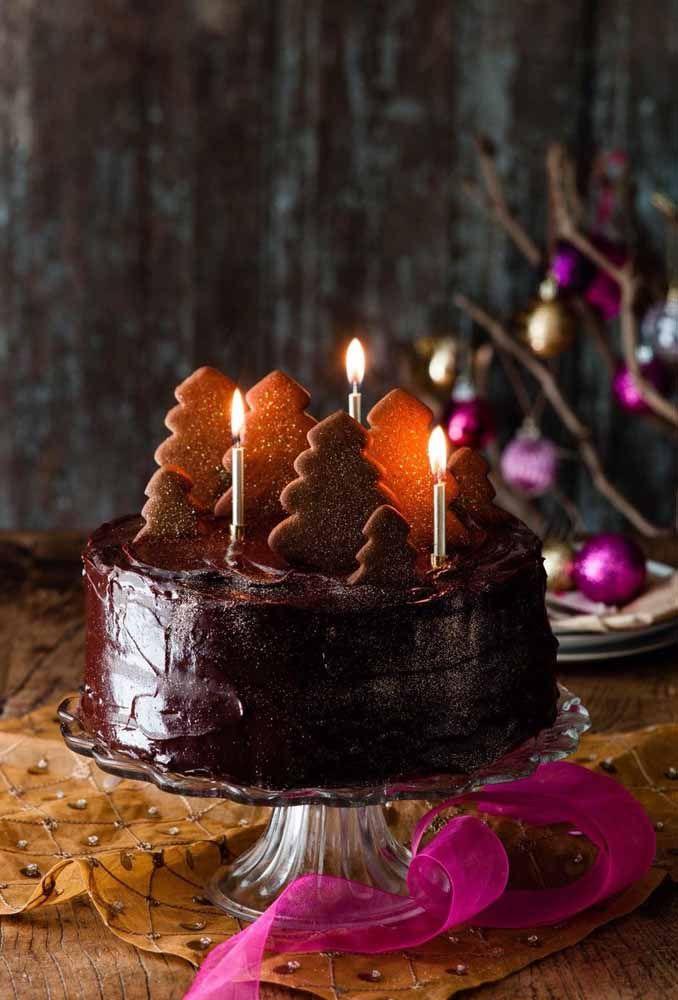 Os biscoitinhos de gengibre cortados em formato de pinheiro finalizam a decoração natalina deste bolo de chocolate super especial