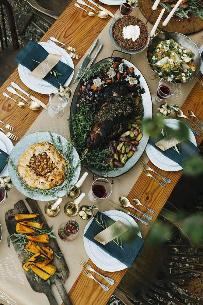 Um toque final com ervas aromáticas frescas para decorar os pratos nesta mesa de Natal