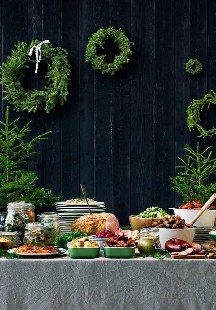 Decoração de parede para a mesa de natal com guirlandas feitas com folhas de pinheiros em diversos tamanhos