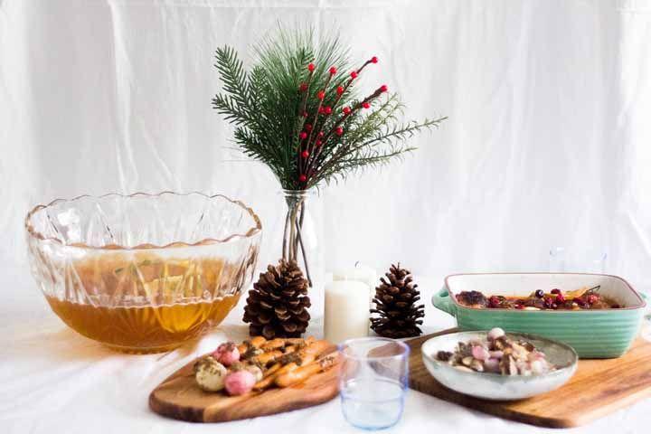Ceia de Natal leve com muitos legumes assados e ponche de frutas