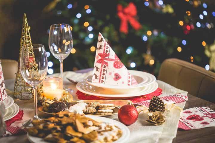 Os guardanapos com estampas Natalinas sempre ganham destaque na decoração da mesa