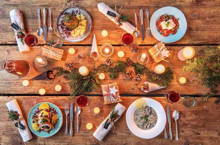 Um natal aconchegante à luz de velas com esta decoração de mesa simples