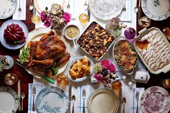 Para uma ceia de Natal com destaque para os pratos cheios de delícias, componha a mesa com enfeites menores e pontuais