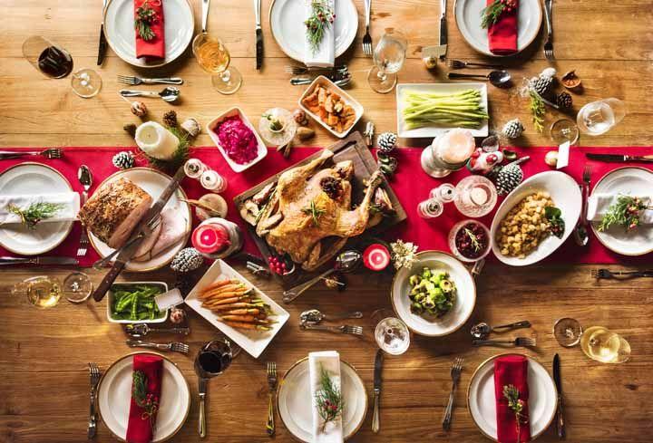 As velinhas e as pinhas devem ser dispostas no centro da mesa com cuidado