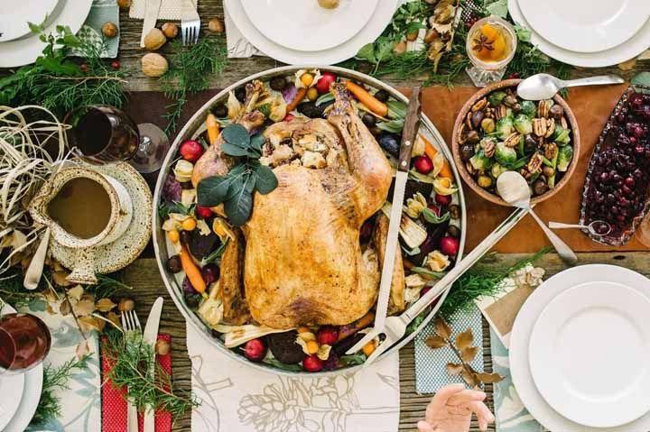 Dê destaque para o verde e o vermelho do Natal em elementos naturais, usando frutinhas e ervas para dar um clima mais fresco para a sua decoração