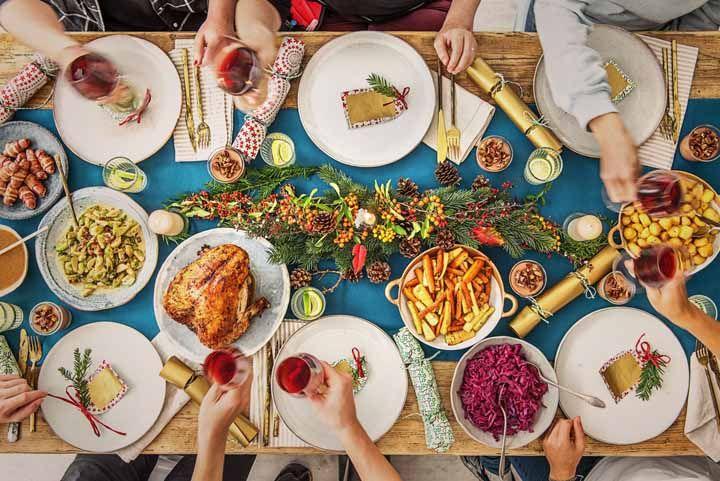 Você não precisa seguir a paleta de cores tradicional de Natal na sua mesa para ter uma decoração incrível