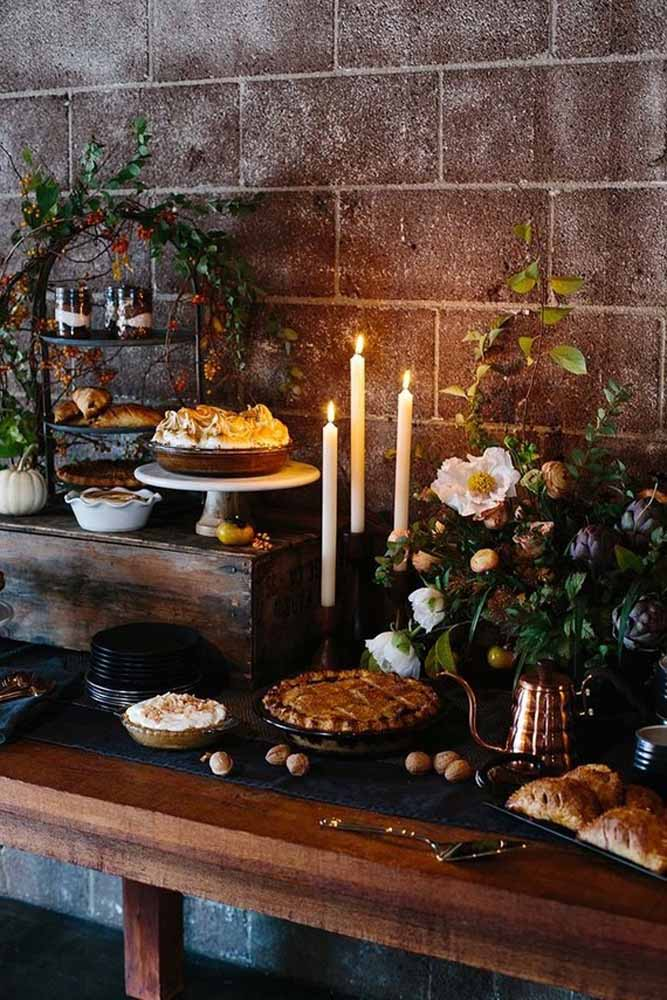 Experimente também criar uma mesa de apoio para colocar os pratos e travessas da sua ceia